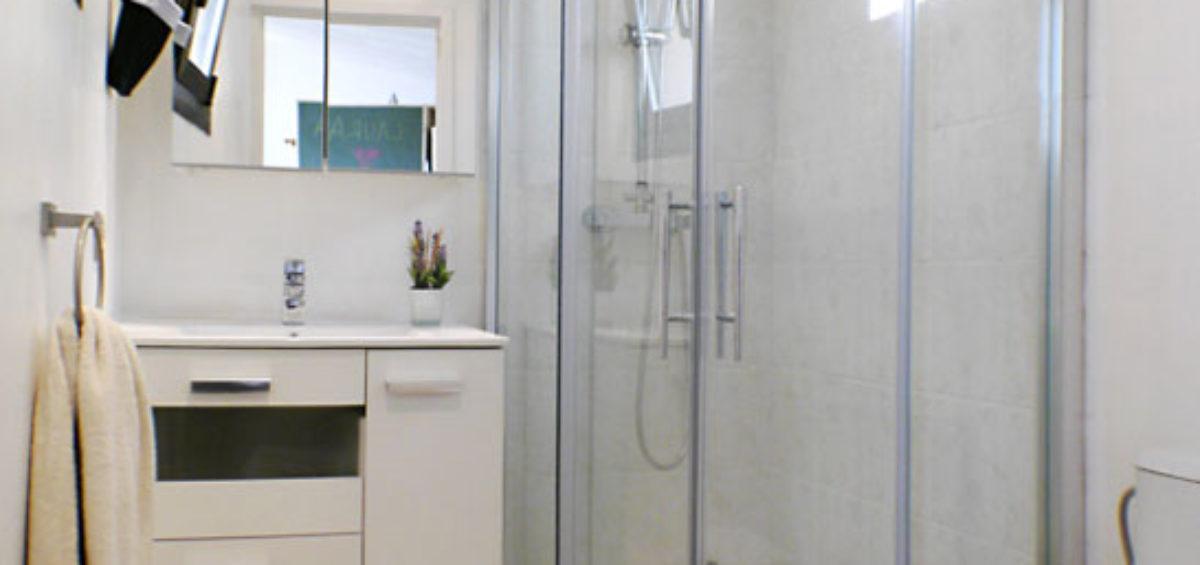 Reforma integral de baño, sustitución de bañera por plato de ducha