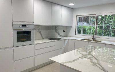 ¡Proyecto de cocina blanca moderna de Ac Reformas!